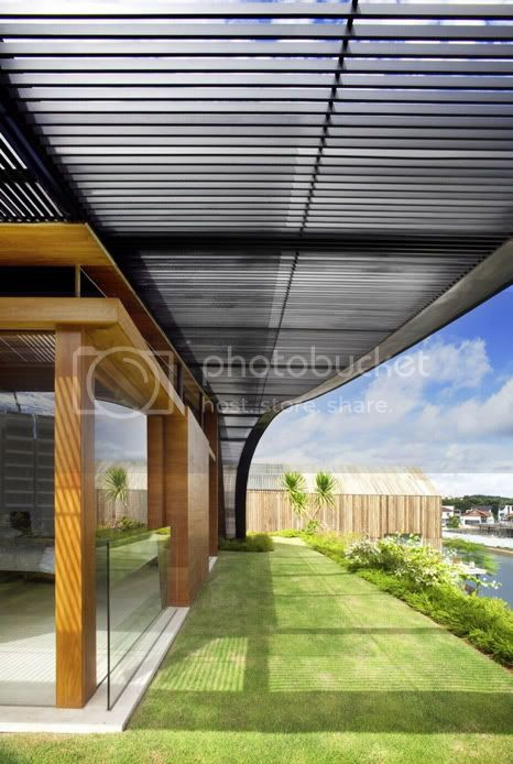 amazing villa Freshome 07 Meera House: a house in singapore with green roof and transparent swimming pool