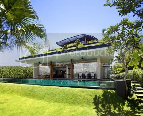 amazing villa freshome 01 Meera House: a house in singapore with green roof and transparent swimming pool