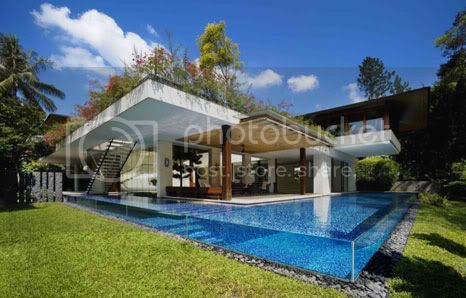 Tangga House in Singapore to design a very cool swimming pool with transparent wall